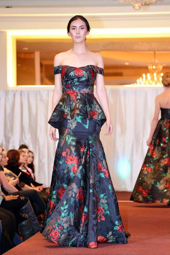 Hoa hậu toàn cầu bang Texas, Pamela Lee Urbina lộng lẫy như nữ thần với váy dạ hội trễ nải vai trần.