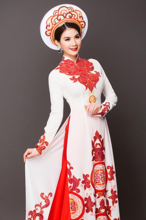 Hoa văn trên áo dài cô dâu được vẽ và tạo khối với mục đích tôn vóc dáng người mặt. Dáng áo cổ 3 phân truyền thống được nhiều tân nương lựa chọn.
