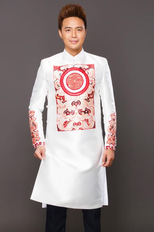 Hoa văn trên áo chú rể cũng đồng điệu với họa tiết vẽ ở áo dài của cô dâu. Khối hoa văn hình chữ nhật ở chính giữa ngực áo chính là điểm nhấn nổi bật.