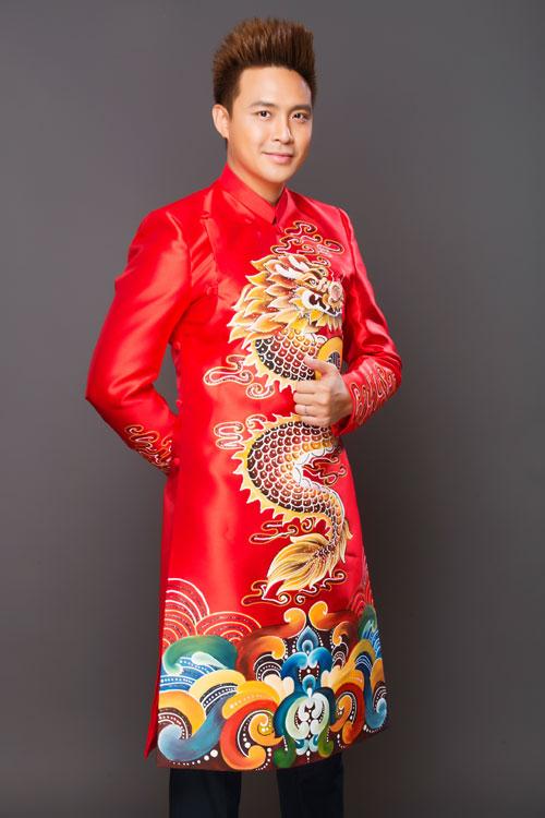 Tân lang, tân nương có thểchọn cặp áo dài rồng - phượng với những nét vẽ cách điệu không rối mắt. Áo dài chú rể được dựng phom giống áo vest với phần cầu vai vuông vức, tạo nét khỏe khoắn.