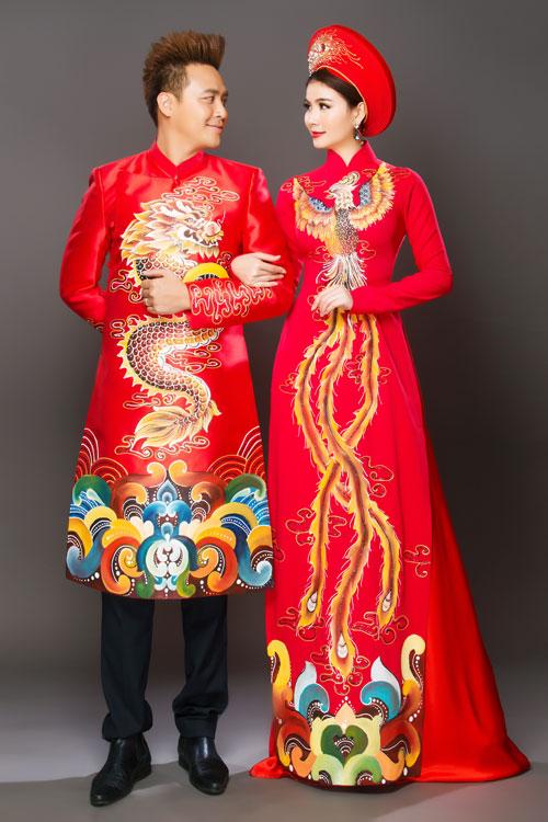 Đỏ dường như là màu sắc đầu tiên và được ưa chuộng hàng đầu của cô dâu, chú rể khi nhắc đến trang phục áo dài cho ngày cưới. Bởi theo quan niệm xưa nay, đây là màu sắc tượng trưng cho sự may mắn, ấm áp và niềm vui. Dưới góc độ thời trang, màu đỏ nổi bật và tôn da.