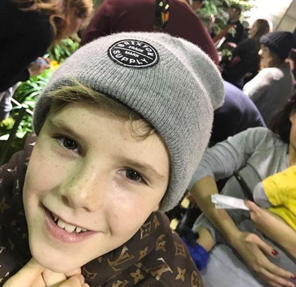 Tuần qua, cậu út nhà Becks, Cruz, cũng đón sinh nhật tuổi 13. Trên trang cá nhân, cựu sao 42 tuổi viết: Chúc mừng sinh nhật chàng trai bé nhỏ, 13 tuổi hôm nay. Bố rất tự hào về con Cruzie, con là một cậu bé đặc biệt, lém lỉnh nhưng có nụ cười tuyệt nhất.