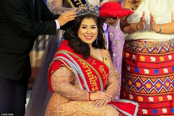 Kwanrapee Boonchaisuk, người nặng 105 kg, đã vượt qua hơn 100 đối thủ để trở thành Hoa hậu của Miss Jumbo năm nay.