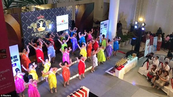 Các thí sinh cùng nhau nhảy múa trên sân khấu trong tiết mục mở màn của cuộc thi.Những ngườitham dự được yêu cầu phải nặng ít nhất 76 kg.