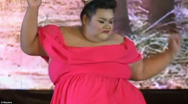 Một thí sinh trổ tài khiêu vũ trên sân khấu để gây ấn tượng với ban giám khảo.
