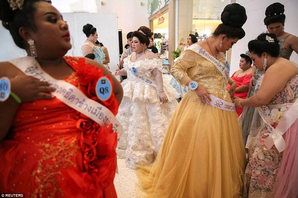 Các thí sinh ở hậu trường trước khi ra sân khấu trình diễn trong phần thi áo dạ hội. Năm 2001, thí sinh Soraya Srmitr nặng 102 kg trở thành người chiến thắng Miss Jumbo và gây ấn tượng với ban giám khảo bởi điệu nhảy Latin bốc lửa.