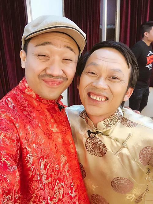 Trấn Thành hội ngộ cùng đàn anh Hoài Linh trong vở kịch đầu năm, đồng thời gửi lời cảm ơn khán giả đã ủng hộ cho vở kịch suốt những ngày qua.