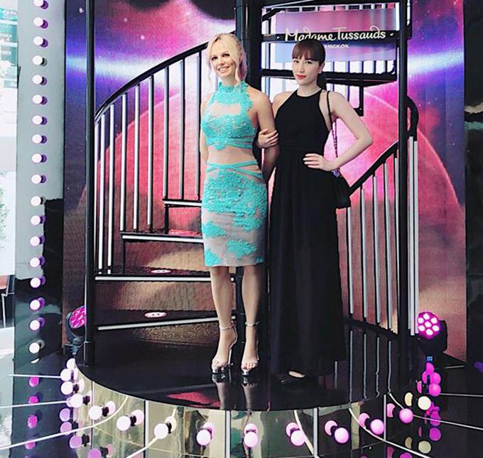 Bảo Thy khoác tay tượng sáp Britney Spears ở Bangkok và hài hước giới thiệu: Xin giới thiệu với cả nhà! Chị gái của Thy từ Mỹ mới bay qua vì có hẹn gặp Thy tại Bangkok nè.