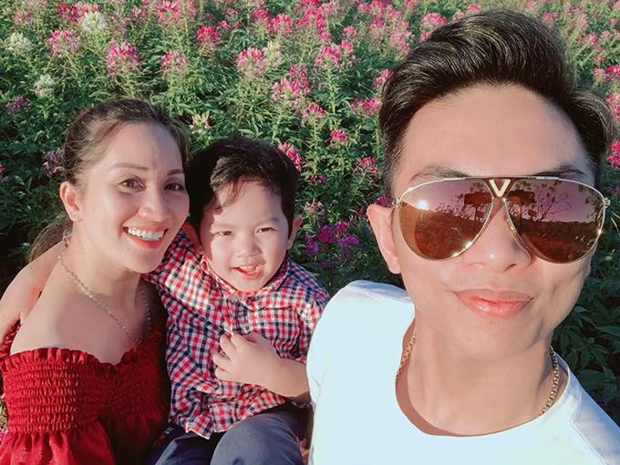 Gia đình Khánh Thi - Phan Hiển cũng phải kết thúc kỳ nghỉ, quay lại lịch làm việc thường nhật: Hết Tết thật rồi. Một hành trình mới lại chuẩn bị bắt đầu. Cười thật tươi chào đón 2018 sắp tới.