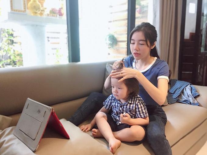 Elly Trần tỉ mỉ tết tóc cho con trai Túc Mạch nhưng sau khi hoàn thành, nhiều độc giả nhận xét rất giống chị gái Cadie.