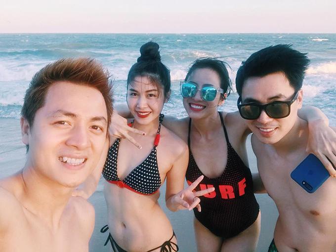 Vợ chồng Đăng Khôi - Thuỷ Anh rủ vợ chồng em trai Đăng Anh - Xari Nguyễn đi du lịch biển Phan Thiết trong những ngày nghỉ cuối cùng của dịp Tết.