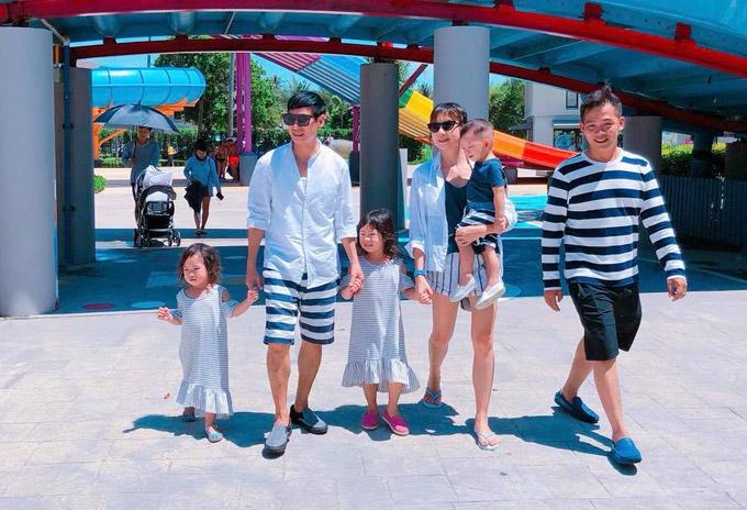 Minh Hà tiết lộ, khi đi du lịch cùng trẻ con, vợ chồng cô luôn lựa chọn địa điểm phù hợp để cả gia đình không phải di chuyển xa. Thời tiết nắng ở Thái Lan cũng khiến cặp đôi lo lắng sẽ ảnh hưởng đến sức khỏe của các con. Để xua tan cái nóng, vợ chồng cô đưa các bé đến chơi ở công viên nước.