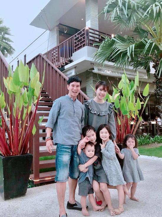 Trên trang cá nhân,Minh Hà chia sẻ những hình ảnh vui vẻ của vợ chồng cô và 4 con tại một resort sang trọng ở Phuket. Gia đình giọng ca Trọn đợi bên em có sở thíchmặc trang phục ton sur ton mỗi lần đi du lịch.