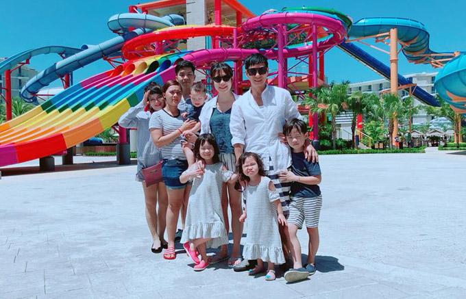 Trong chuyến nghỉ dưỡng ở Phuket, vợ chồng Lý Hải còn phải nhờ đến sự hỗ trợ của 3 người thân mới yên tâm để4 nhóc tỳ vui chơi.