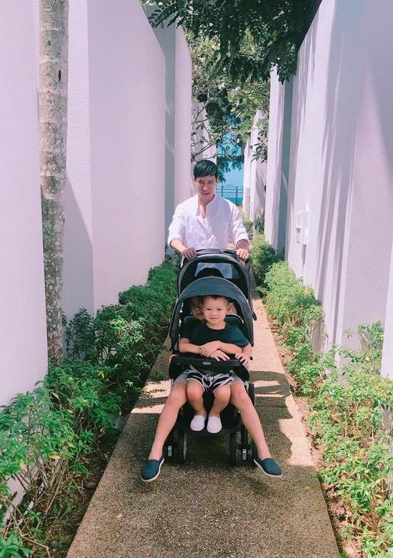 Để các bé không bị mệt trong chuyến du lịch, Lý Hải mang theo cả xe đẩy. Cả 4 nhóc tỳ đều thích thú được bố đẩy xe.