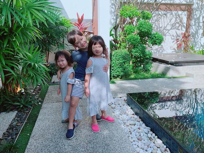 Rio dù chỉ lớn hơn hai em gái Cherry, Sunnyít tuổi nhưng đã biết giúp đỡ bố mẹ trông nom các em.