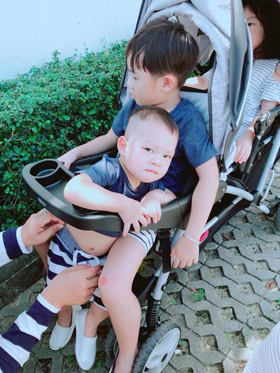 Cậu út Mio hơn một tuổi, ngồi trọn trong lòng anh cả Rio.