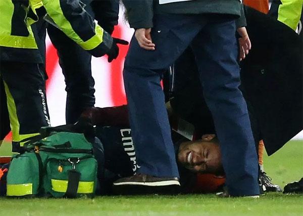 Neymar rời sân trong nước mắt