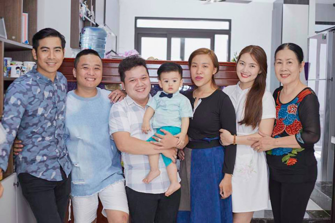 Rất đông người thân và bạn bè đã đến căn biệt thự 5 tầng mới xây của vợ chồng Ngọc Lan - Thanh Bình để chúc mừng lễ thôi nôi của bé Louis.