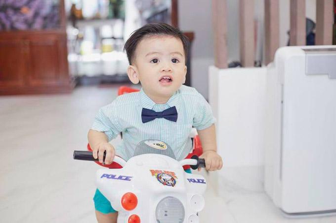 Trong ngày tròn 1 tuổi, nhóc tỳ được bố mẹ cho diện quần áo bảnh bảo, tóc vuốt keo chỉn chu.