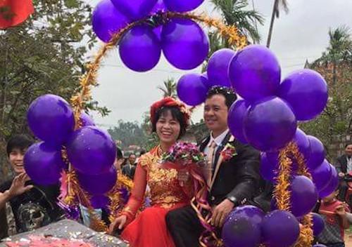 Cô dâu và chú rể nở nụ cười rạng ngời. Ảnh: FBNV.