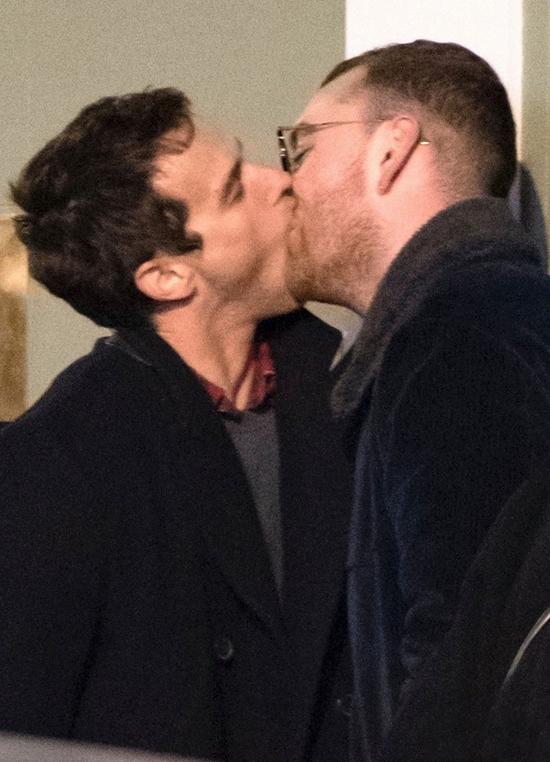 Sam Smith và Brandon Flynn trao nụ hôn say đắm bên góc đường phố London tối 24/2.