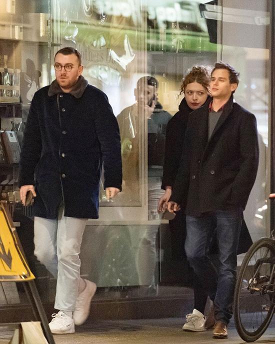 Cặp sao đi dạo ở London trong đêm cùng em gái của Sam Smith.
