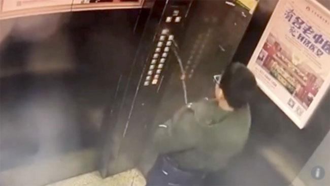 Cậu bé đi tiểu vào bảng điều khiển trong thang máy tại tòa nhà mà gia đình mình sinh sống.