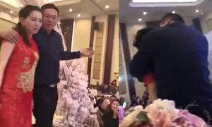 Bố của chú rể uống say, ép con dâu hôn mình giữa tiệc cưới