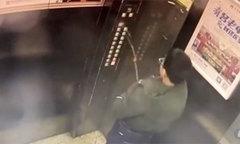 Cậu bé bị mắc kẹt trong thang máy sau khi tè vào bảng số