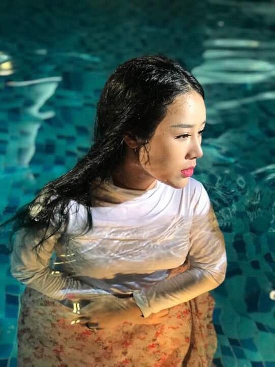 Sau MV cover nhạc phim Tam sinh tam thế thập lý đào hoa được khán giả khen ngợi, ca sĩ Hoa Trần tiếp tục cho ra mắt sản phẩm mới. Ca khúc Chiều phủ Tây Hồ được cô quay MV, khắc họa câu chuyện về đạo Mẫu.