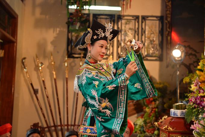 Bà xã Việt Hoàn hy vọng, MV sẽ gây ấn tượng với khán giả và thông qua đó, mọi người hiểu hơn về tín ngưỡng hầu đồng.
