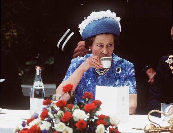 Khởi động ngày mới với một tách trà Đây là thói quen được Nữ hoàng Anh duy trì trong rất nhiều năm. Bà luôn dùng một tách trà ấm và vài chiếc bánh quy trước khi ăn sáng. Trong trà có chứa nhiều chất chống oxy hóa, giúp ngăn ngừa các dấu hiệu lão hóa và thúc đẩy tiêu hóa, hạn chế tích tụ mỡ thừa.