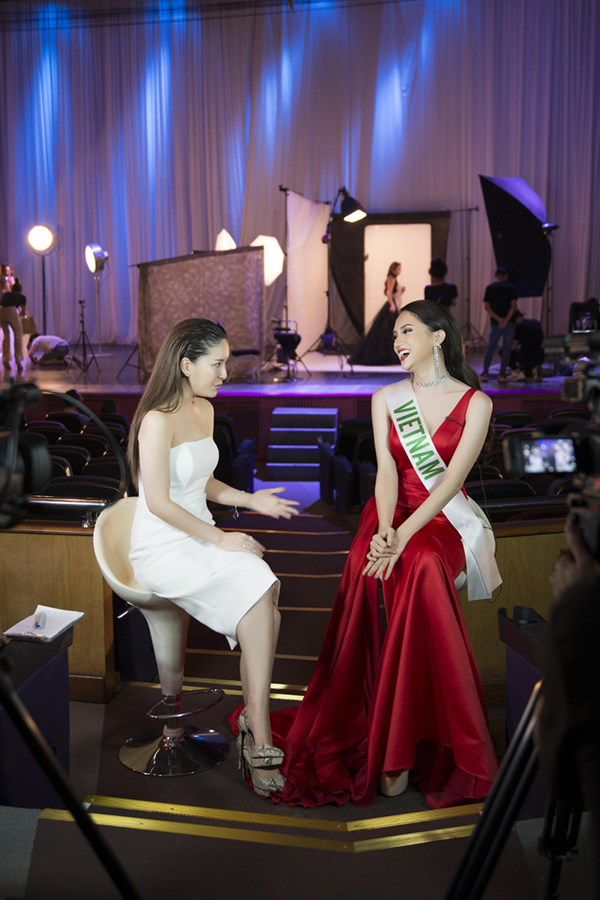Host Diana liên tục khen ngợi Hương Giang.