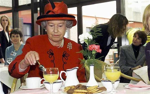 Ăn sáng với bánh mì ngũ cốc và trái câyBữa sáng quen thuộc của Nữ hoàng Anh là bánh mì ngũ cốc và trái cây. Trong những dịp đặc biệt, đầu bếp sẽ bổ sung vào thực đơn bữa sáng của Nữ hoàng món trứng cá hồi hun khói còn trong dịp Giáng sinh, bà chỉ thưởng thức nấm cục tươi.