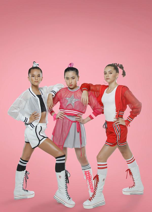 Bộ ảnh được thực hiện với sự hỗ trợ của nhiếp ảnh Hoàng Miên, trang điểm và làm tócHuy Nguyễn,Mẫn Ni, stylistPhương Phương,Hạnh Nguyên, trang phục Thanh Huỳnh.