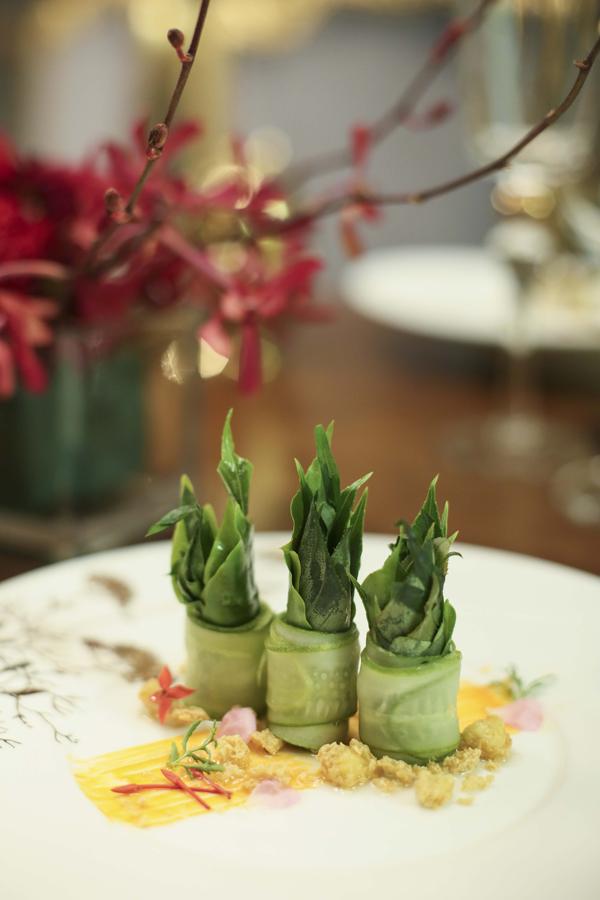 Ngoài các thực đơn theo phong cách Việt Nam đầy nghệ thuật, mang từng câu chuyện ẩm thực riêng biệt và sống động, nhà hàng còn sáng tạo nên 6 món ăn chay cho dịp Rằm tháng Giêng 2018.