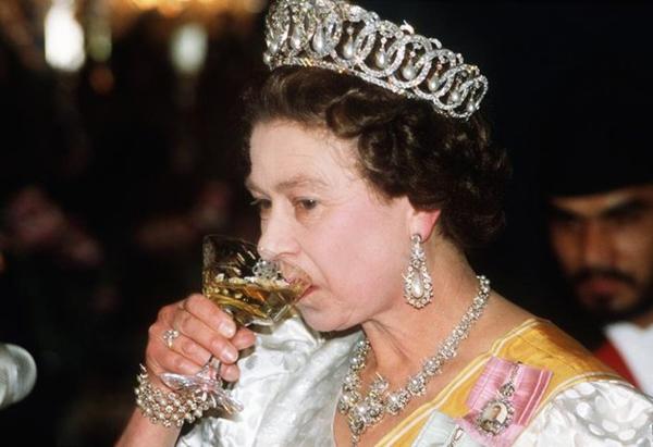Uống một ly gin trước bữa trưaTrước khi dùng bữa trưa, Nữ hoàng sẽ thưởng thức một ly rượu gin kèm vàilát chanh. Thức uống này sẽ kích thích hệ tiêu hóa, thúc đẩyquá trình chuyển hóa năng lượng.