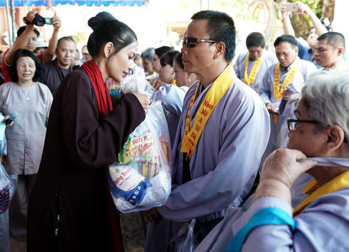 Người đẹp tự tay trao từng phần quà gồm các nhu yếu phẩm cho những người khuyết tật.