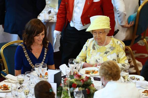 Không ăn tinh bột vào bữa trưa và tối Nữ hoàng thường dùng bữa trưa với salad và cá hoặc gà nướng. Bà không dùng các món chứa tinh bột trong hai bữa trưa và tối.