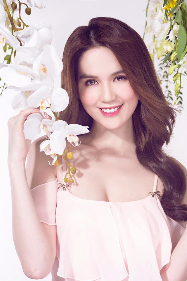 Ngọc Trinh tiết lộ, cô phải đứng lên một chiếc bục vì những cành hoa lan được treo quá cao, khiến người đẹp không với tới.