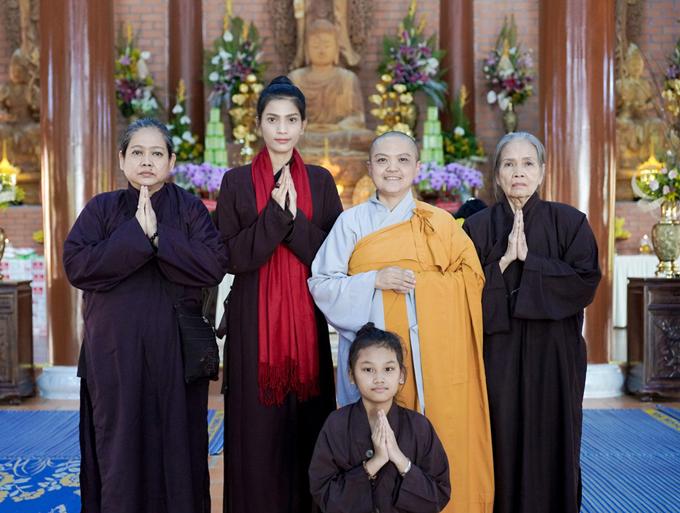 Mẹ Trương Thị May (ngoài cùng bên trái) mặc áo nâu đi chùa cùng con gái. Hai mẹ con chụp ảnh cùng sư cô trụ trì và các Phật tử khác.