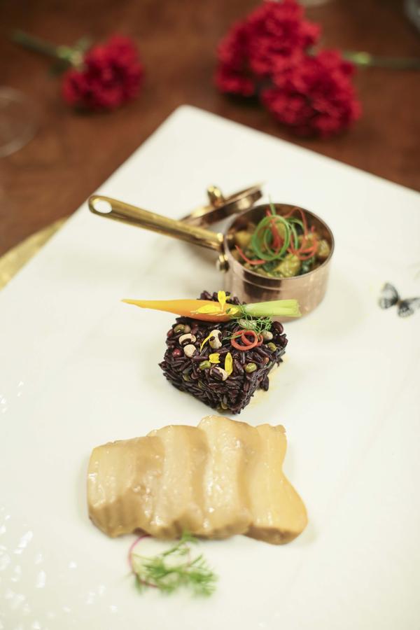 Nấm bào ngư hầm cà bát um lá lốt cơm gạo đen Long An: nấm bào ngư được hầm vừa phải cùng nấm hương với nước tương ngon để có độ mềm và giòn thơm kết hợp cơm ngũ cốc 19 loại hạt thơm tạo nét riêng thú vị.