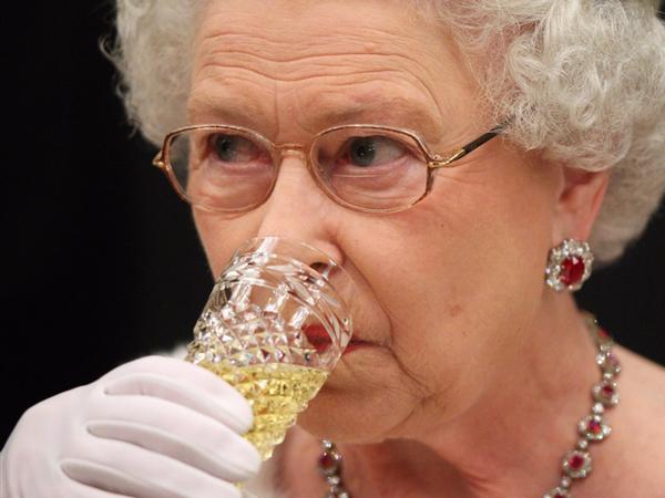 Uống một ly champagne sau bữa tốiNữ hoàng có thói quen nhâm nhi một ly champagne nhỏ trước khi đi ngủ.Lychampagnenày được lựa chọn từ 8 nhãn hiệu được cấp giấy chứng nhận Hoàng gia như Bollinger, Lanson, và Krug...