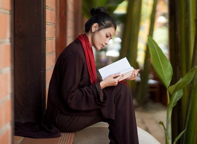 Sau khi lễ chùa, cô ngồi một góc, thảnh thơi đọc sách.
