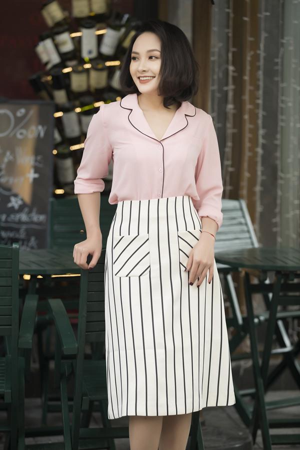 Tông hồng cam, hồng nude nhẹ nhàng còn được sử dụng nhằm tạo nên các mẫu áo sơ mi lụa dễ dàng kết hợp cùng chân váy chữ A dáng ngắn, váy midi.