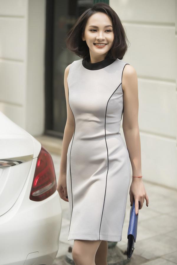 Đầm cocktail khai thác hình ảnh nữ tính, năng động và hiện đại được thể hiện lôi cuốn trên nhiều tông màu trắng đen, phớt hồng, xanh dương nhạt.