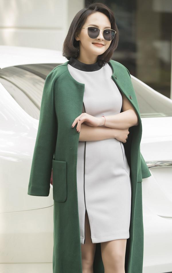 Đan xen với các mẫu váy gam màu trung tính là các kiểu áo khoác, áo choàng tông màu bắt mắt giúp bố cục trở nên cân đối và hài hoà.