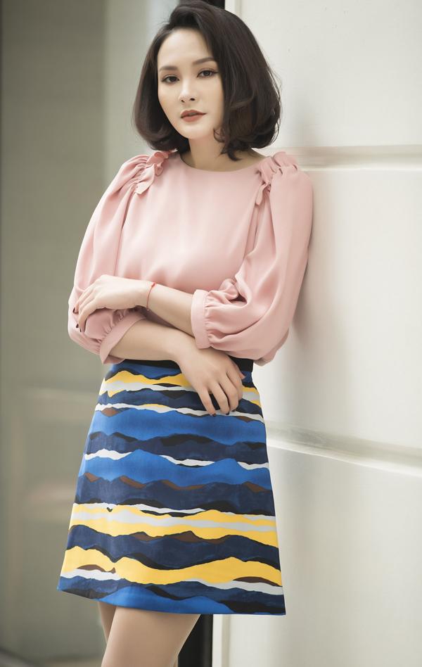 Bộ ảnh được thực hiện với sự hỗ trợ của nhiếp ảnh Vương Vũ, trang điểm Phương Thảo, stylistBùi Hoa.