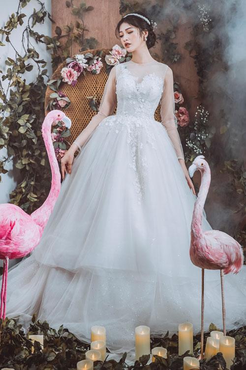 Còn nếu muốn xây dựng hình ảnh một nàng dâu cổ tích, mẫu váy cưới 2 tầng này là lựa chọn phù hợp với bạn.
